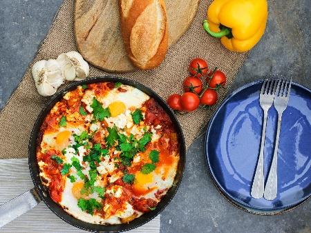 Шакшука / миш маш – с яйца на очи, домати от консерва, чушки и лук на тиган - снимка на рецептата